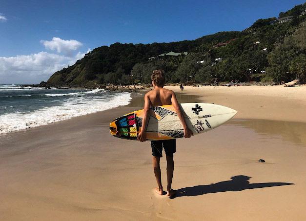 Max mit Surfboard